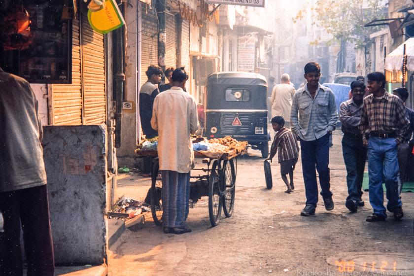 インド二千年の旅   Day 02-1 デリー   デリーの路地に朝が来る