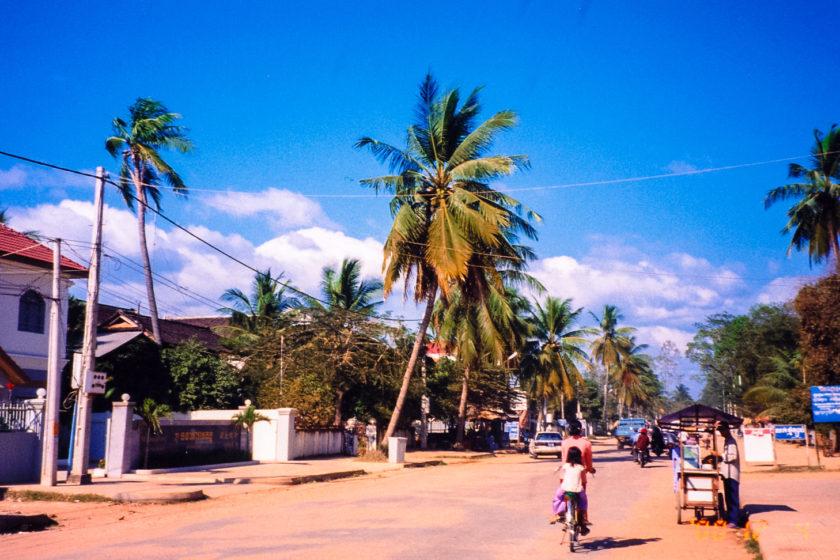 紺碧と赤土のコントラスト – カンボジア | Day 01 シェムリアップ | インドシナ・コントラスト
