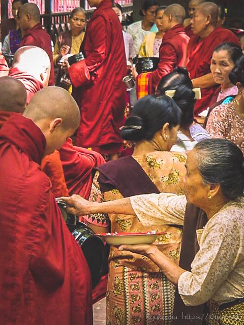 マハーガンダーヨン僧院 托鉢 マンダレー アマラプラ